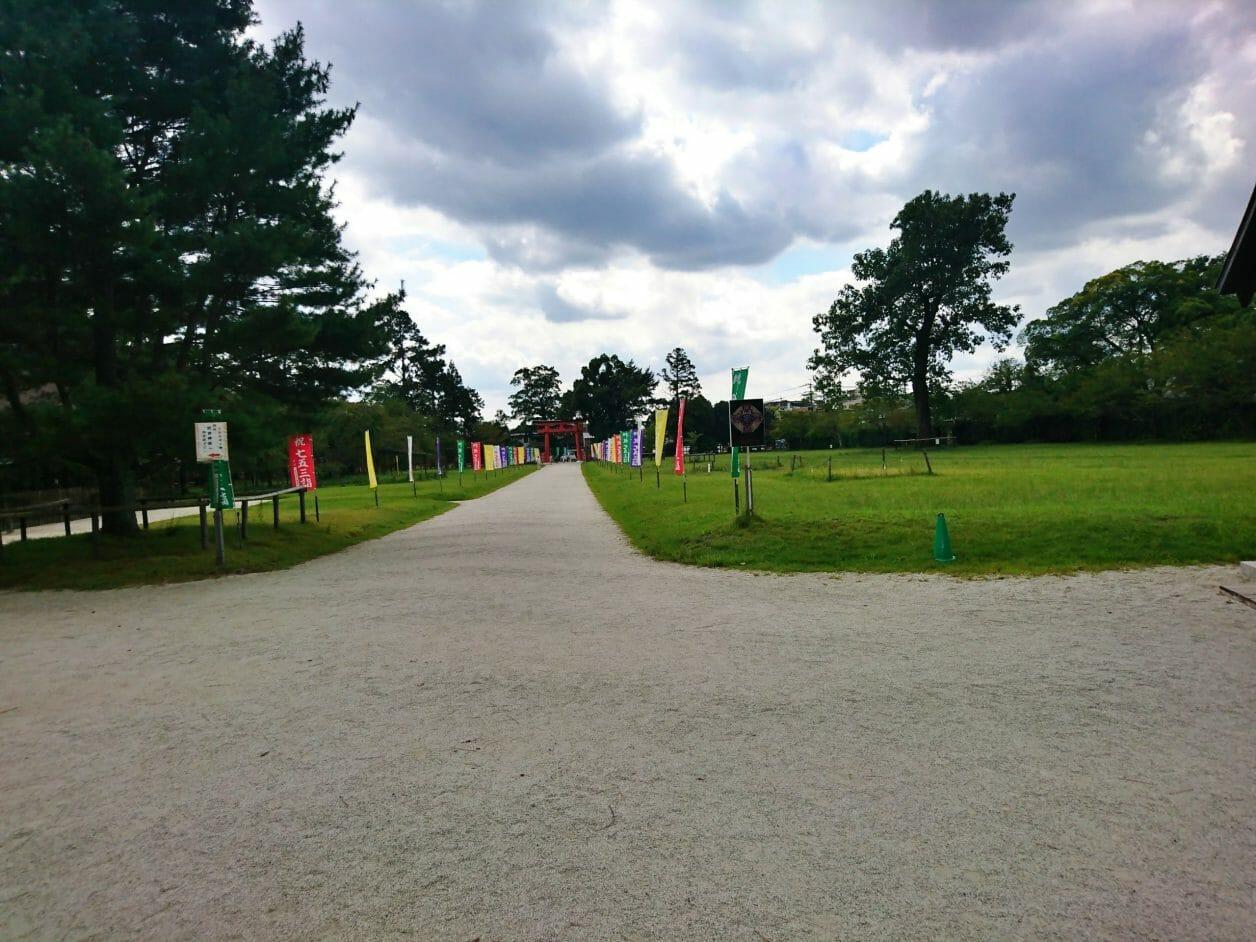 上賀茂神社の駐車場から二の鳥居へ向かう道
