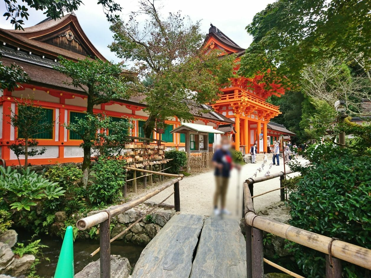 上賀茂神社の桜門に向かいます