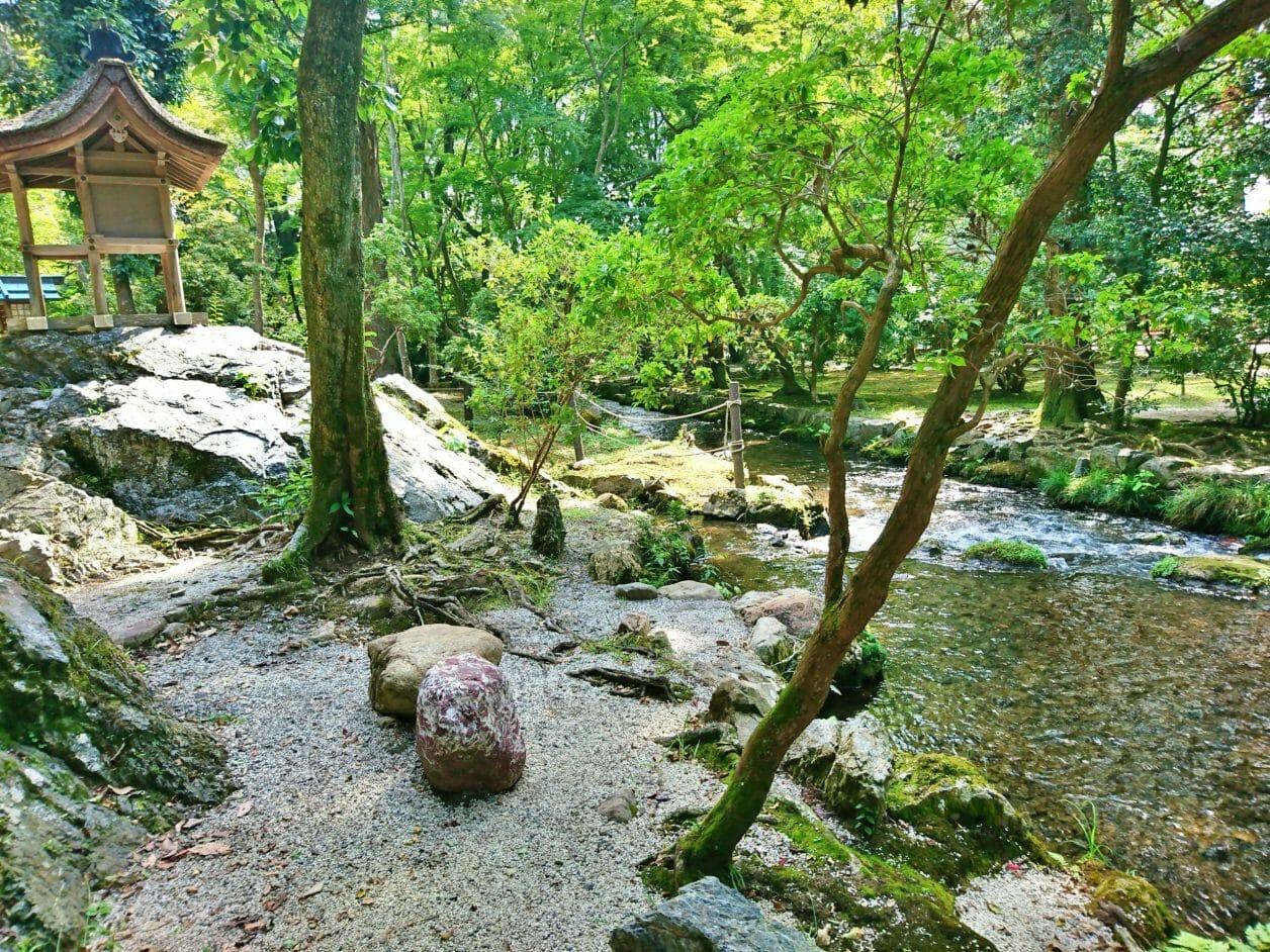 上賀茂神社の境内を流れるならの小川
